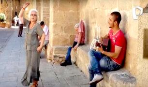 VIRAL: anciana sorprende con baile español frente a un músico callejero
