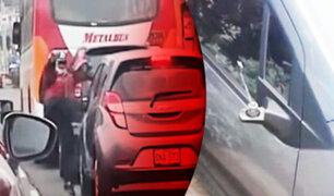 Motociclista rompe espejos a patadas de vehículo en San Miguel
