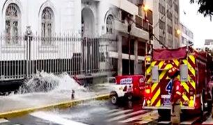 Avenida Arequipa: hidrante se revienta y convierte pista en riachuelo