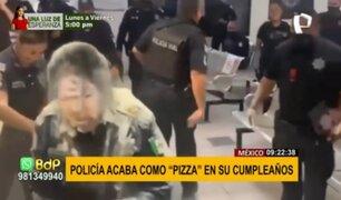 """Policía terminó como """"pizza"""" en su cumpleaños: le arrojan huevos y harina en comisaría"""