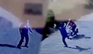 Hombre detiene huida de un delincuente con potente 'patada voladora'
