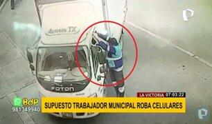 La Victoria: supuesto trabajador municipal roba celulares de furgón estacionado