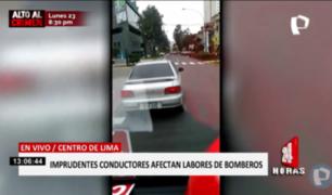 Jesús María: mal conductor obstaculizó ambulancia de bomberos en plena emergencia