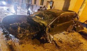 Cajamarca: vehículo termina destrozado tras impactar contra poste y ocupantes sobreviven