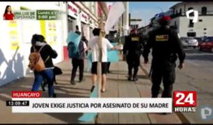 Huancayo: joven carga cruz para pedir justicia por asesinato de su madre