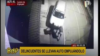 Ate: delincuentes roban auto empujándolo