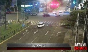 'En la mira': cámaras captan violento choque entre auto y motocicleta en Santiago de Surco