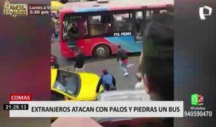 Comas: extranjeros atacan bus que invadió vereda y destrozó su mercadería