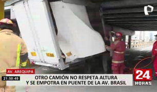 Camión chocó con puente de la avenida Brasil