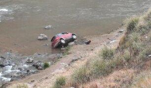 Familia salva de morir tras caer en auto por barranco de 30 metros al río Mantaro