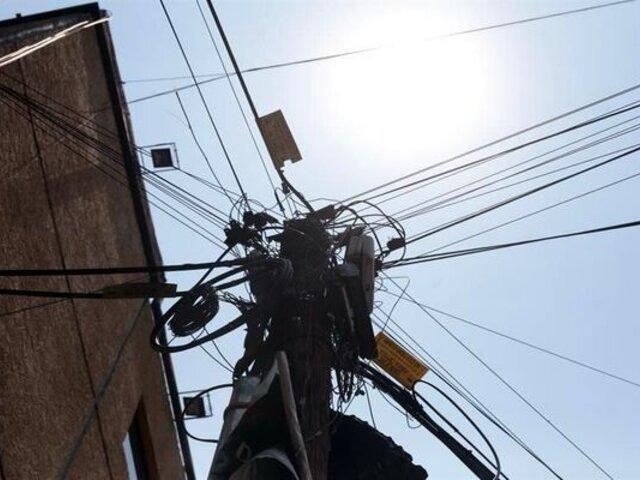Telarañas de cables aéreos invaden calles de Surquillo y Miraflores