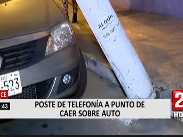 Lince: poste de telefonía está apunto de caer sobre auto