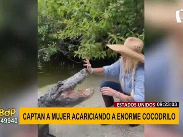 ¡Increíble! Captan a mujer acariciando a enorme cocodrilo como si fuera un cachorrito