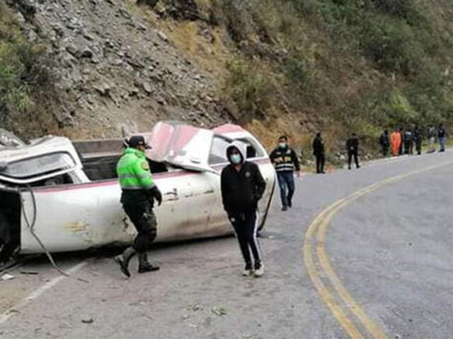 Puno: al menos 2 muertos y 10 heridos, varios de ellos de gravedad, deja volcadura de combi