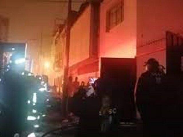 La Victoria: incendio redujo a cenizas almacén de insumos para velas