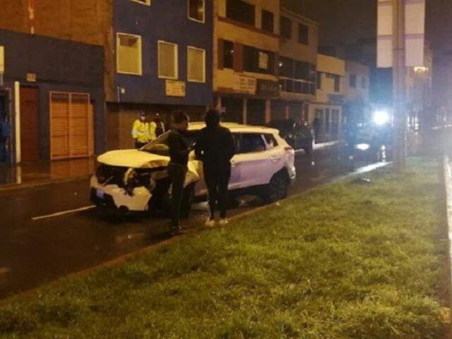 Surco: dos heridos tras despiste y choque de camioneta contra un poste