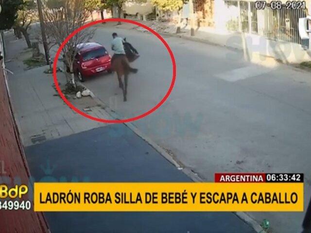 Ladrón escapa a caballo tras robar silla de bebé de un auto
