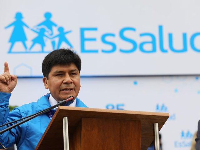 Denuncian a Mario Carhuapoma por negociación incompatible por contrataciones irregulares en EsSalud