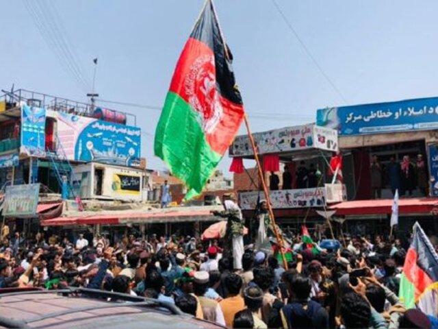 Afganistán: talibanes reprimen con disparos manifestación por la bandera tricolor