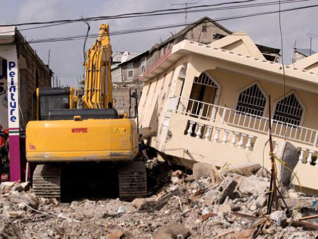 Haití: a una semana del terremoto sigue la remoción de escombros en busca de sobrevivientes