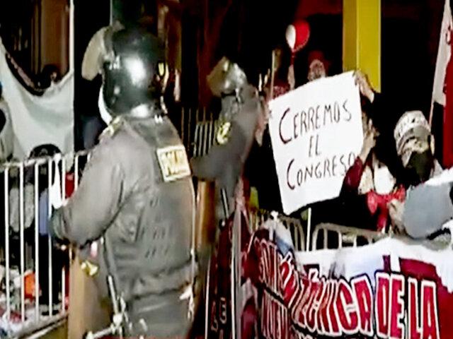 Voto de Confianza: manifestantes se agrupan en los exteriores del Congreso