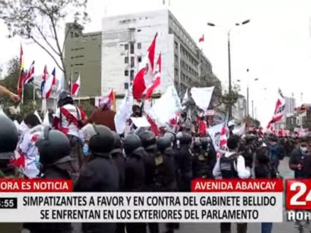 Manifestantes a favor y en contra del Gobierno se enfrentan en los exteriores del Congreso