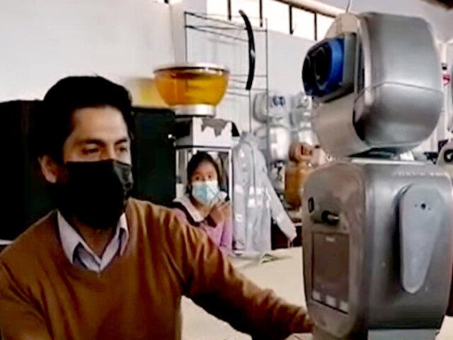 Ministro Cadillo se reúne con creador del robot 'Kipi' en Huancavelica