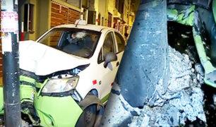 Conductor pierde el control de su vehículo y choca contra poste en Lince
