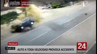 Trujillo: cámara capta choque entre auto y combi