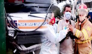 Combi llena de pasajeros se estrella contra un poste en La Victoria