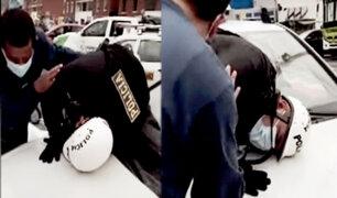 Policía se retuerce de dolor sobre capó de taxi tras accidente de tránsito