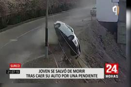 Surco: cámaras captan momento en el que auto se despista y cae por el barranco