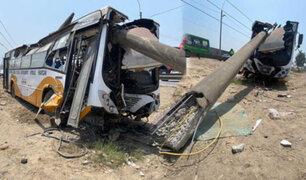 El Agustino: bus que circulaba a excesiva velocidad impactó contra poste de alta tensión