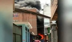 Cercado de Lima:  incendio de grandes proporciones destruyó almacén