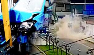 Ate: camioneta se despista por ir a excesiva velocidad y casi aplasta a una persona