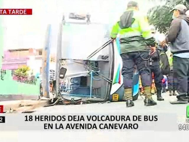 Lince: cúster lleno de pasajeros vuelca en avenida Canevaro
