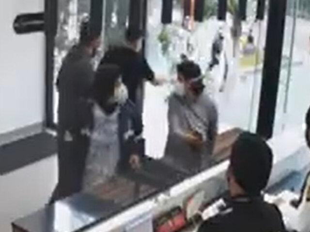 Miraflores: sujeto destrozó mamparas de edificio porque no dejaron entrar a su cuñada