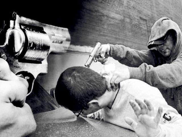 Ate: delincuentes en moto asaltan a joven en paradero
