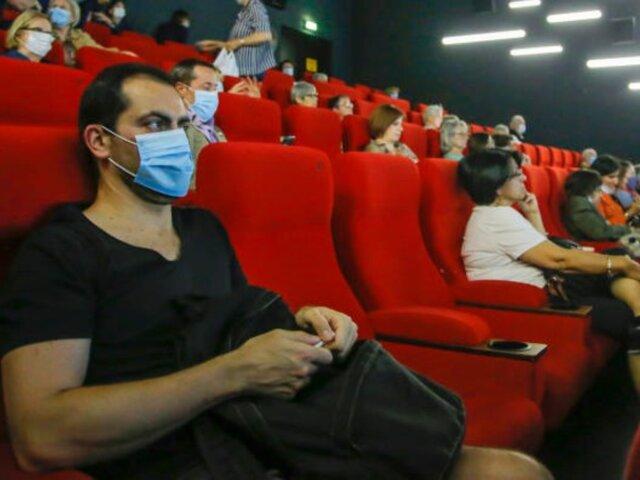 Salas de cine relajan medidas de bioseguridad luego de tres meses de reapertura
