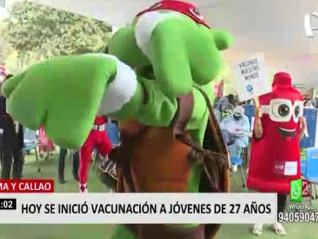 Al ritmo de música y con divertidos personajes, jóvenes de 27 años fueron vacunados en Campo de Marte