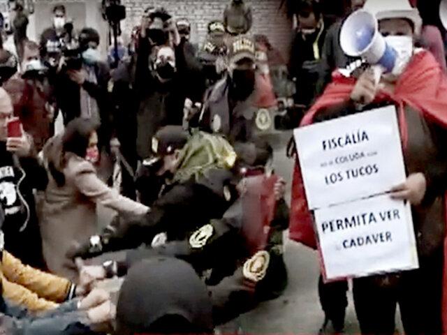 Abimael Guzmán: grupo de protestantes intenta ingresar a la fuerza a la morgue