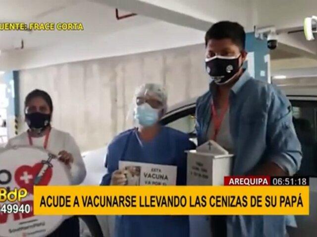 Joven acude a vacunarse con las cenizas de su padre fallecido por covid-19