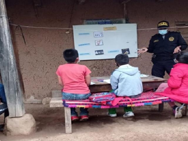 Agentes policiales brindan clases gratuitas de inglés a niños en Amazonas