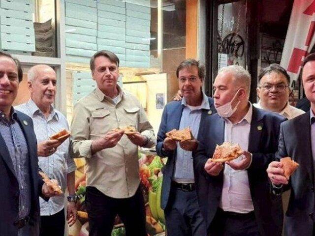 ¡En la calle! Bolsonaro no pudo comer en pizzería de Nueva York por no estar vacunado