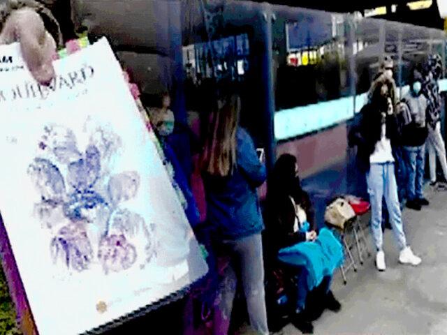 San Miguel: cientos de jóvenes realizan larga cola para obtener firma de la autora Flor Salvador