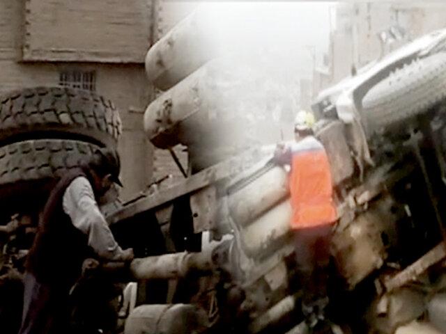 La Victoria: camión mezclador se vuelca y casi aplasta a vecinos