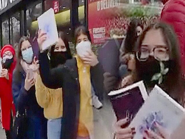 Fiebre por escritora Flor Salvador: se reporta larga cola de jóvenes en Óvalo Gutiérrez