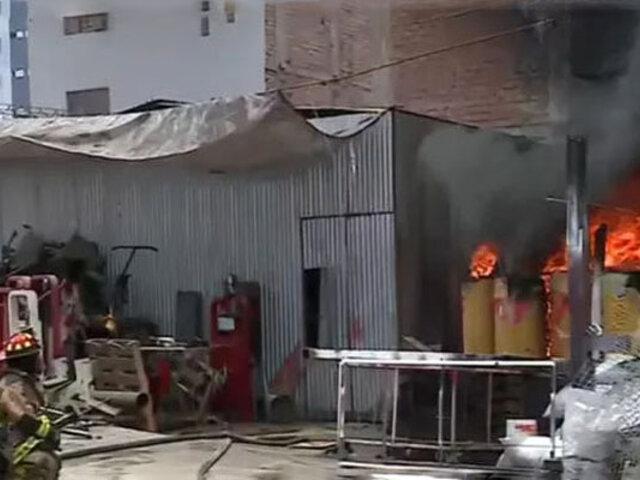 Incendio de grandes proporciones se registró en un almacén del Cercado de Lima
