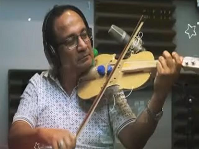 Hombre diseña violín con materiales reciclables para enseñar a niños el arte de la música
