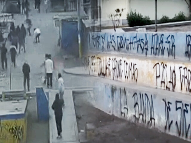 VES: barristas de Alianza Lima y Alianza Atlético se enfrentan lanzándose pirotécnicos y piedras